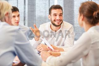 Consulting Mann präsentiert eine Lösung