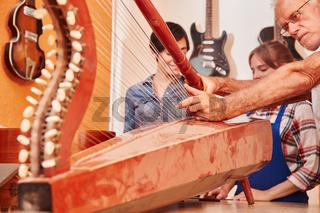 Handwerker arbeiten an einer Konzertharfe