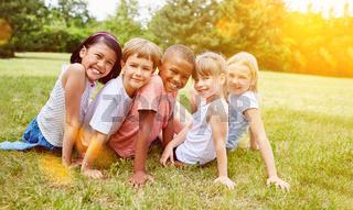 Gruppe Kinder hat Spaß im Sommer auf Wiese