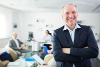 Älterer Geschäftsmann als Berater freut sich