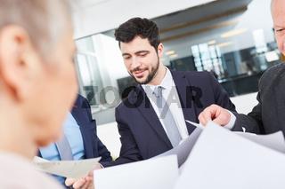 Mann als Berater in einem Meeting