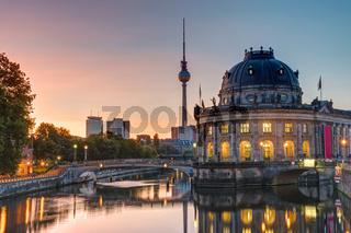 Das Bodemuseum und der Fernsehturm in Berlin