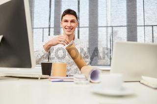 Student am Computer Arbeitsplatz