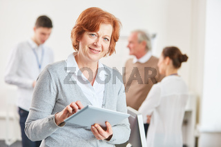 Frau schreibt auf dem Tablet Computer