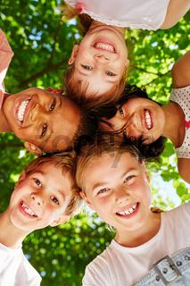 Multikulturelle Kinder stehen im Kreis