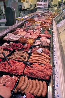 Fleisch- und Wursttheke in einem Supermarkt