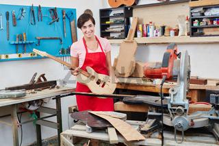 Gitarrenbauer hält handgefertigte E-Gitarre