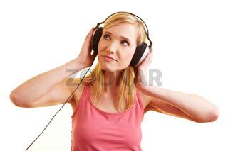 Blonde Frau hört Musik mit Kopfhörern