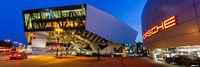 Porsche Museum Stuttgart bei Nacht Deutschland Banner Logo Architektur