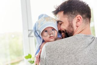 Baby mit Handtuch um den Kopf gewickelt
