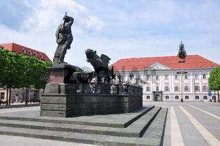 Neuer Platz mit Lindwurmbrunnen und Neuem Rathaus in Klagenfurt, Österreich - Lindwurmbrunnen (Lindworm Fountain) in Klagenfurt, Austria