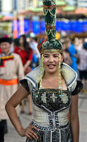 Junge Frau in moderner Deel-Kleidung und Hut, Ulanbator, Mongolei