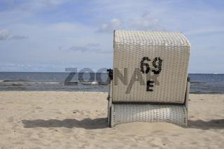 einzelner weisser Strandkörb am Ostseestrand