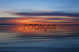 Abendrot über Wasserfläche - abstrakt