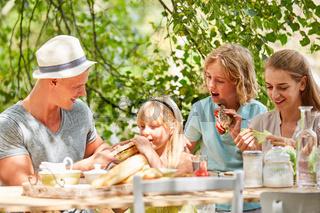 Familie und Kinder beim Frühstück im Sommer