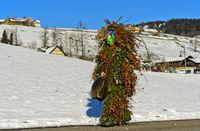 Wüeschter Silvesterklaus zieht am Alten Silvester von Bauernhof zu Bauernhof, Urnäsch, Schweiz