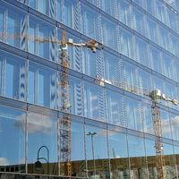 Spiegelung eines Baukranes in einer Glasfassade in Berlin