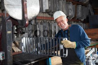 Senior als Metallarbeiter mit einer Gussform