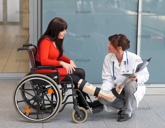 Сонник лоффа утверждает, что пригрезившийся образ пустого инвалидного кресла предвещает провал в деле и серьезные финансовые убытки.