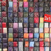Bunte Krawatten an einem Marktstand