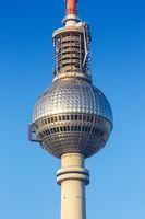 Berlin Fernsehturm blauer Himmel Hochformat Deutschland