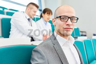 Junger Mann als Medizin Student im Hörsaal