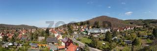 Stadt Wernigerode als Panorama mit blauem Himmel