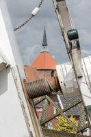 Steert der Mühle mit Blick zur Kirche in Rysum, Ostfriesland