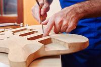Gitarrenbauer arbeitet am Korpus einer Gitarre