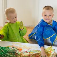 Kinder malen mit den Händen
