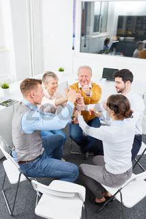 Geschäftsleute machen Übung für Motivation