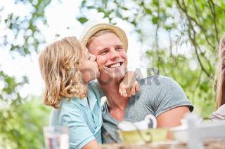 Sohn küsst seinen Vater liebevoll auf die Wange