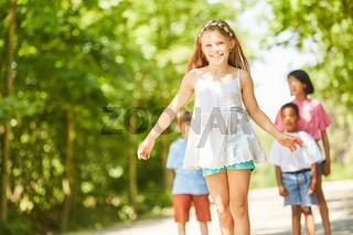 Lächelndes Mädchen lernt Skateboard fahren