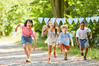 Gruppe Kinder macht ein Wettrennen