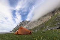 Zelt am Fusse einer Felswand, Buneset, Moskenesoeya, Lofoten