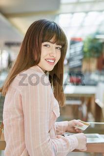 Teenager mit Kreditkarte und Tablet
