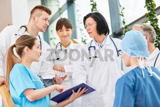 Ärzteteam der Chirurgie bespricht eine Operation
