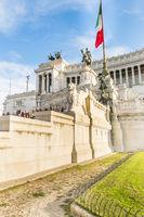 besucher aud den stufen zum nationaldenkmal für viktor emanuel II