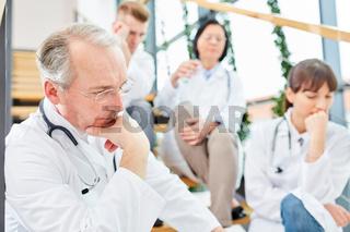 Ärzteteam beim Brainstorming im Klinik Flur
