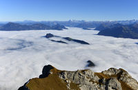 Blick vom Pilatusmassiv auf den Bürgenstöck im Nebelmeer über dem Vierwaldstädter See