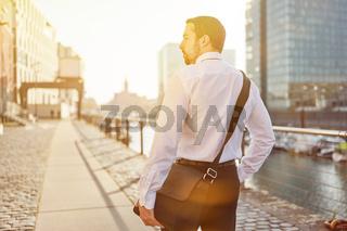 Mann als Pendler geht durch Stadt nach Hause