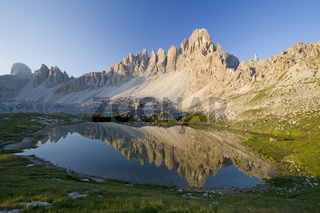 Bergmassiv mit Spiegelungen in einem Bergsee, Sextener Dolomiten, Italien, massif with reflection, tarn, sextener dolomite, italy