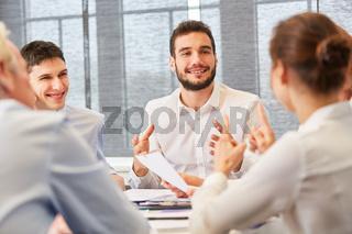 Start-Up Mann in einer Diskussion