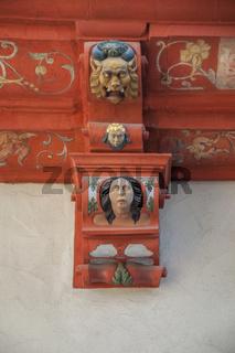 Neidkoepfe an Hauswand in Oehringen