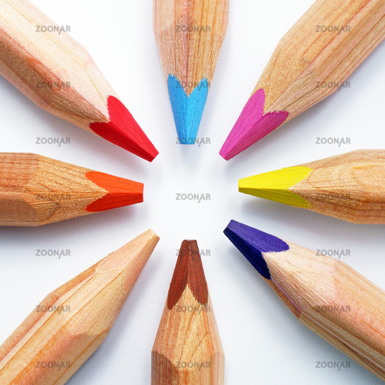 Buntstifte im Kreis mit Farben