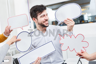 Business Mann im Workshop mit Sprechblasen