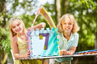 Kinder bauen ein Puzzle als Traumhaus Fantasie