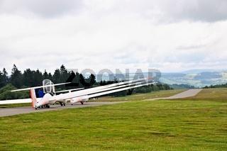 warten auf Startfreigabe Segelflugzeuge auf der Wasserkuppe Rhön