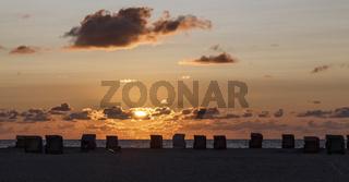 Sonnenuntergang mit Strandkörben auf Amrum, Deutschland