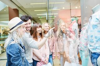 Teenager Gruppe vor einer Boutique